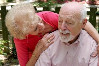 Bilde av eldre par, hun pleier ham