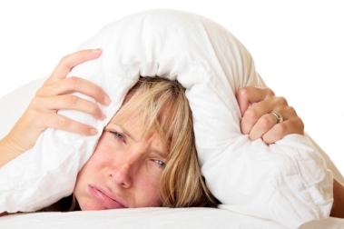 Kvinne som prøver å sove