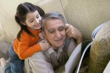 eldre mann med barnebarn som leser