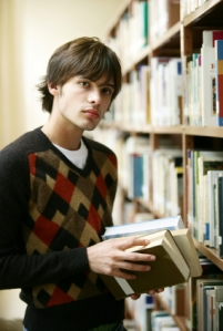 Ung mann med bøker