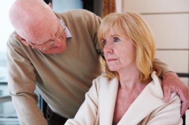 Eldre mann trøster eldre kvinne.