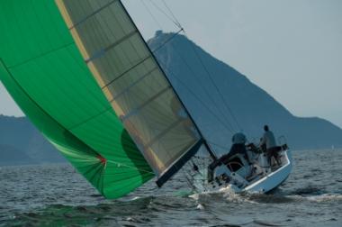 Bilde av seilbåt med stor seilføring
