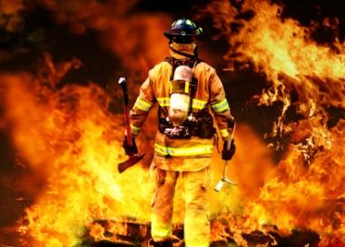 Brannmann på vei inn i flammene