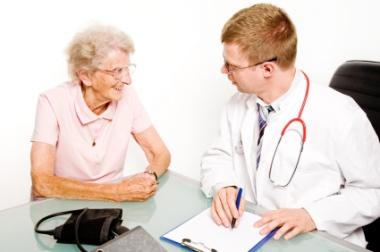 Eldre kvinne hos legen