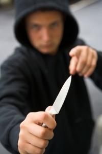 truende gutt med kniv