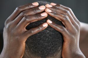 Bilde: Mann som tar seg til hodet.