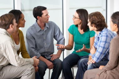 unge mennesker som diskuterer