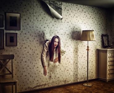 Skrekkbilde av kvinner som kommer gjennom veggen