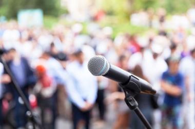 mikrofon og forsamling