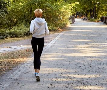 Svært tynn kvinne som jogger