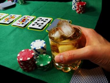 spillkort og whisky