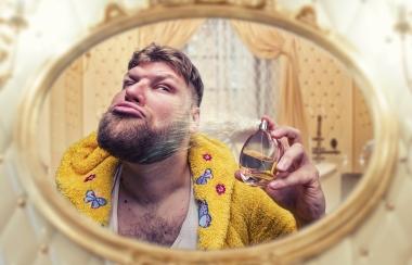 mann som ser seg i speilet