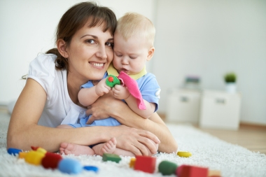 Mor og barn leker