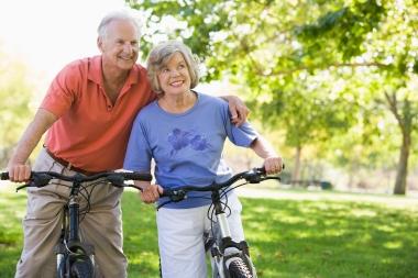 Eldre par som sykler
