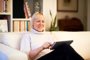 Kvinne som leser på lesebrett.