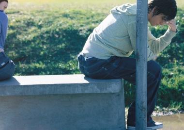 ungdom som sitter alene