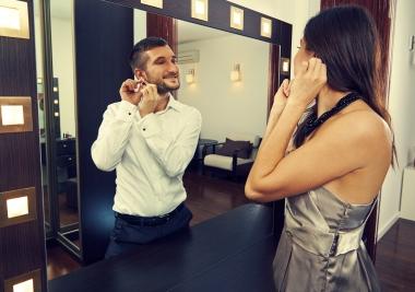 Kvinne som ser seg i speilet og ser en mann
