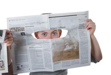 ungdom som ser gjennom avisa