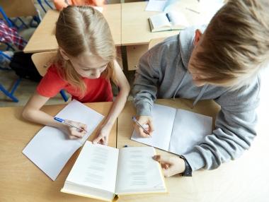 skolebarn som leser lekser