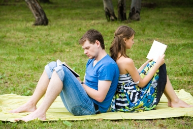 par som leser i parken