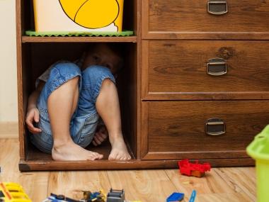 gutt som gjemmer seg
