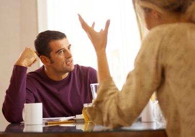 mann og kvinne som diskuterer