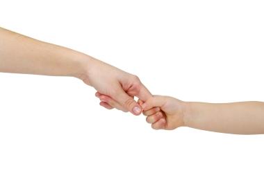 et barns hånd holder fast i en voksen hånd