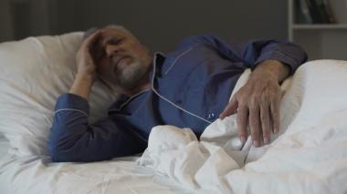 eldre mann som ikke får sove