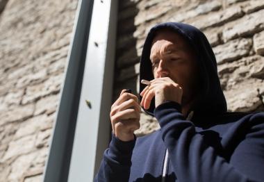 mann som røyker marihuana