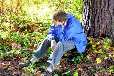 deprimert ung mann i skogen