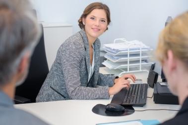 Kvinne som søker på PC
