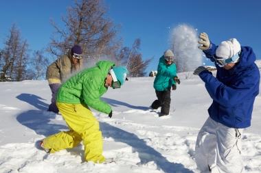 tenåringer som leker i snøen