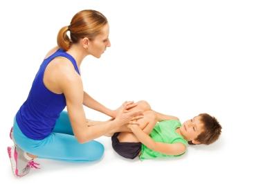 mor med barn gjør gymnastikkøvelser