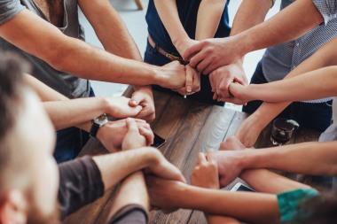 Mange som holder hverandre i hendene