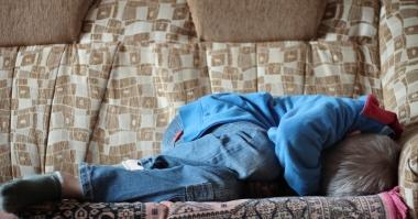 skremt gutt i jeans i senga