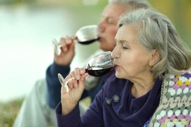 eldre par som drikker rødvin