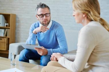 psykolog i samtale med pasient