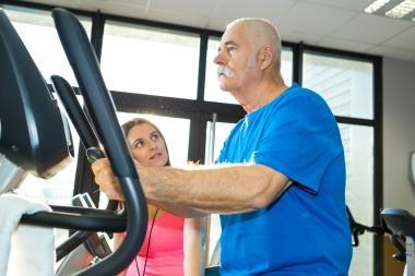 Eldre mann som trener