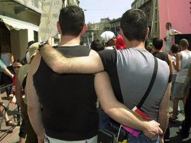 To menn med armene rundt hverandre