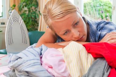 ung, sliten kvinne med stryketøy