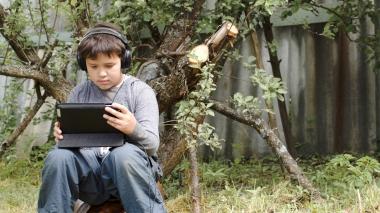 Ung gutt som spiller dataspill