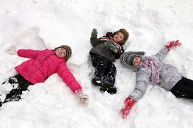 Barn som leker i snø
