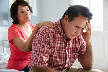 eldre kvinne trøster eldre mann