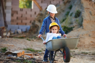 barn på byggeplass