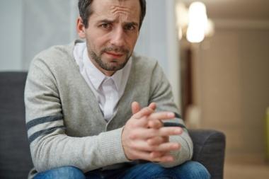 Deprimert mann på venterom