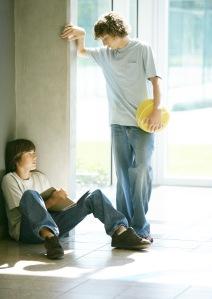 to tenåringsgutter i jeans