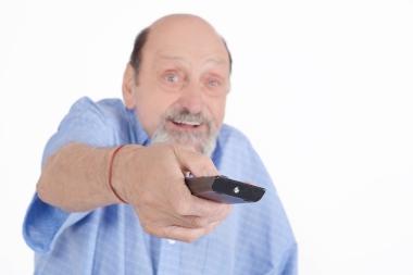 eldre mann med fjernkontroll