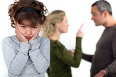 Par som krangler med barn til stede
