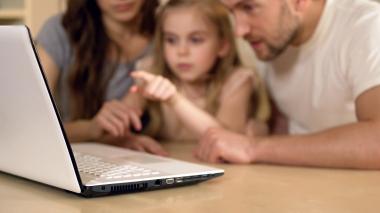 barn og foreldre leser på PC