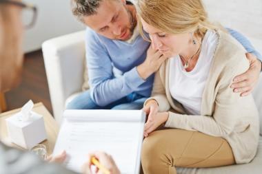 deprimert kvinne med mannen hos psykolog